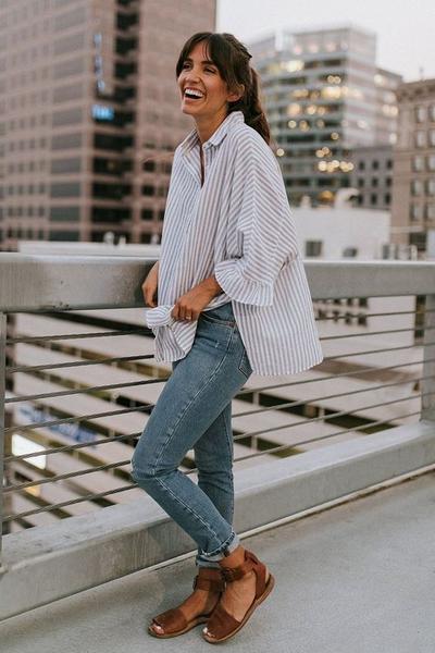 Tips Sandal #2. Padukan dengan Oversized Shirt