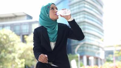 Tidak Ingin Wajah dan Leher Belang Akibat Pakai Hijab? Berikut Tips yang Wajib Kamu Coba!