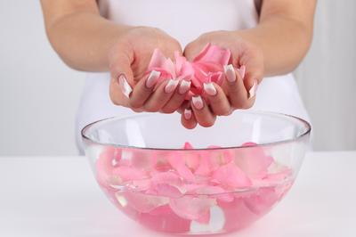 Punya Air Mawar Nganggur di Rumah? Jangan Disia-siakan, Ini Manfaat yang Bisa Kamu Dapat!