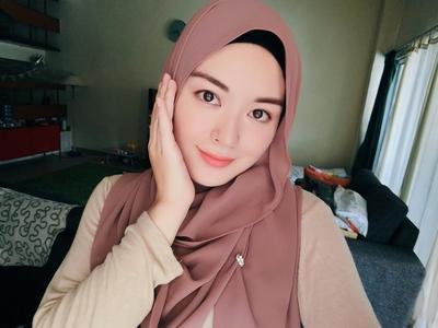 Mau Terlihat Lebih Tirus? Para Pemilik Pipi Chubby, Ini Nih Warna Hijab yang Wajib Kamu Miliki!