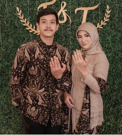 Ladies, Ini Dia 5 Gaya Batik Modern Muslimah Couple yang Cocok Buat Kondangan!