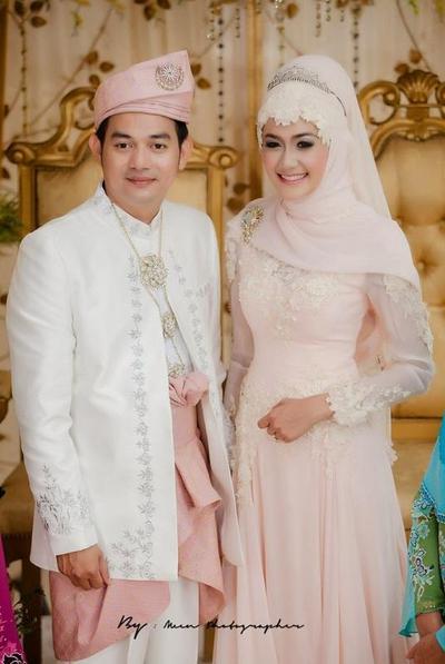 Kebaya Muslim Couple Untuk Kembaran Di Pesta Kantor