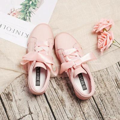 Siap-Siap Ladies, 4 Model Sepatu Sneakers Ini Bakalan Hits di Tahun 2018