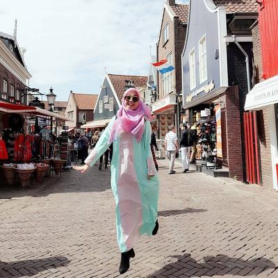 Simpel dan Fashionable! Intip Model Gamis Muslimah ala Ria Ricis Cocok Banget Untuk Para Remaja!