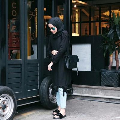 Gak Perlu Takut Kusam, Begini Cara Pakai Outfit Serba Hitam Buat Hijabers