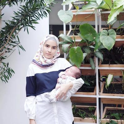 Tenang Aja Ibu-Ibu, Blouse Muslim Ini Cocok Buat Menyusui Lho!