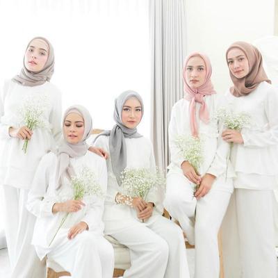 Biar Wajah Kamu Makin Cling, Jangan Lupa Pilih Hijab dengan Warna yang Cocok Untuk Kulitmu!