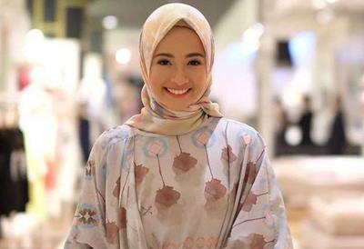 Floral for Hijab Outfit? Why Not! Ini Dia Beberapa Inspirasi Outfit Atasan Bunga-Bunga untuk Kamu!