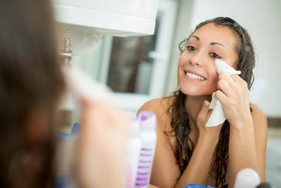 Bersihkan Wajah dari Makeup