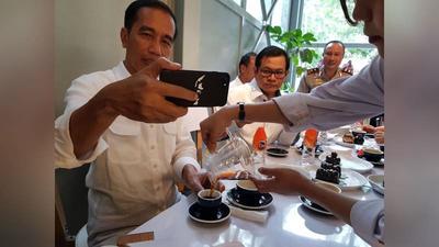 Kalau Handphone Kamu Gak Sengaja Kelindes Pak Jokowi, Kira-Kira Kamu Bakalan Minta Ganti Hape Apa Nih?? Hehehe