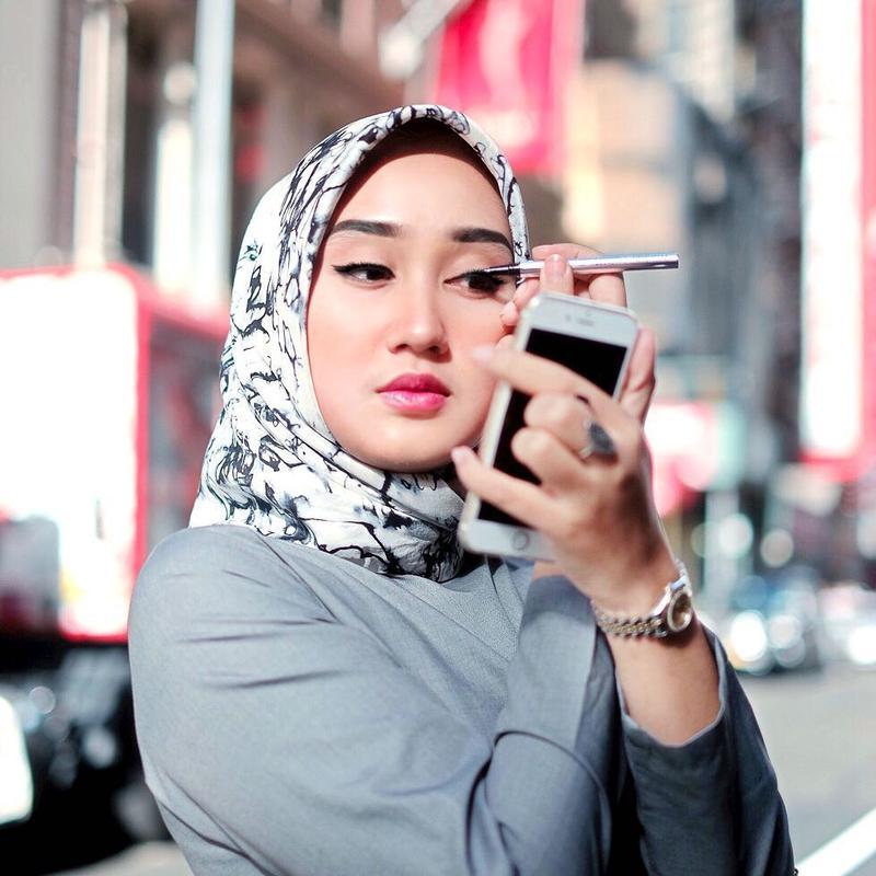 Pakai 4 Produk Wardah Berikut Jika Ingin Make Up Hijab Tetap Awet dan Enggak Luntur Saat Sholat!