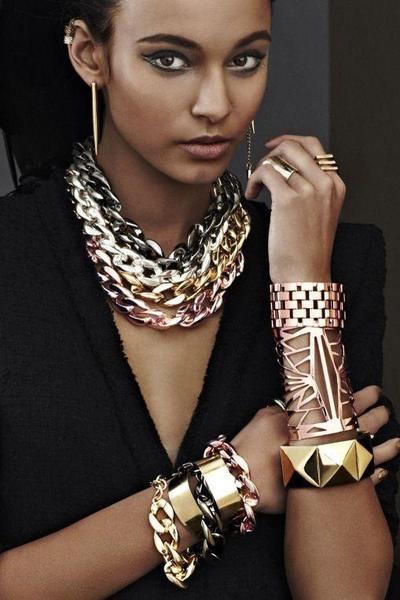 Menggunakan Terlalu Banyak Perhiasan