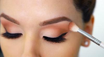 Mengaplikasikan Eyeshadow Setelah Menggunakan Maskara