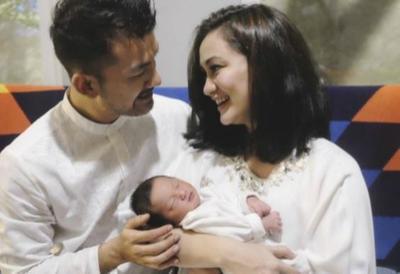 Enggak Nyangka, Pernikahan 7 Pasangan Artis Indonesia Ini Berawal dari Cinlok Lho!