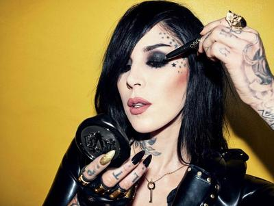 [Review] Eyeliner Terbaru Kat Von D Ini Lagi Hits Banget, Lho! Saatnya Tampil Grunge Ala Rocker!