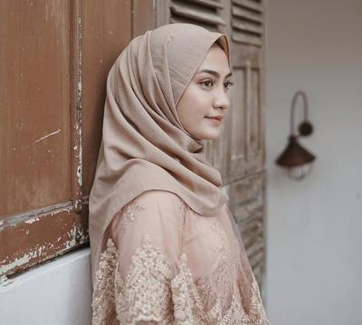 Inilah Deretan Warna Hijab yang Lagi Banyak Jadi Andalan untuk Melengkapi Penampilan Hari Wisuda