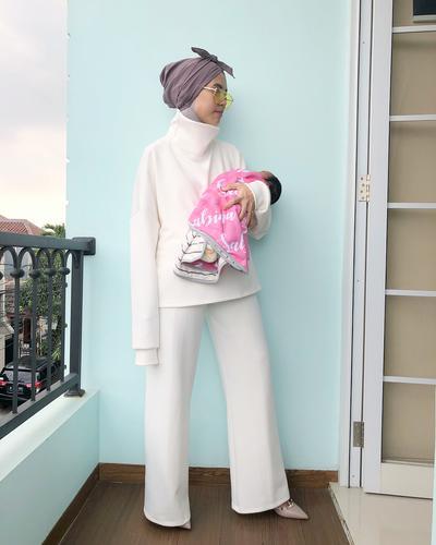 Selalu Tampil Fashionable Saat OOTD, Hijabers Ini Ternyata Juga Sering Foto Lucu Dengan Sang Anak