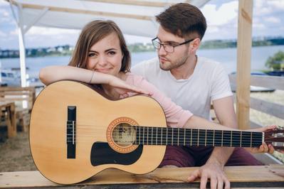 Ladies, Ini Dia Alasan Kenapa Pria Menyukai Cewek yang Bisa Main Gitar