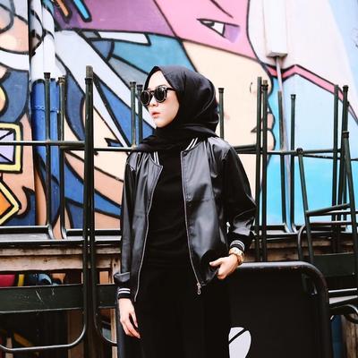 Hijabers Juga Bisa Tampil Stylish dan Fashionable dengan Mix and Match Jaket Seperti Ini!