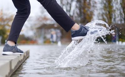 Sepatu Basah Kena Hujan? Agar Tak Bau, Atasi Saja dengan Cara Ini