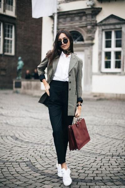 3. Flat Shoes dan Sneakers Untuk Formal Look