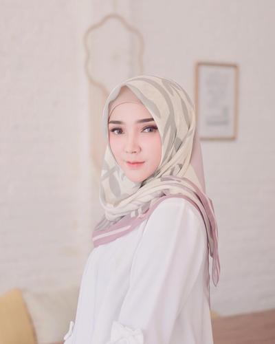 Rambut Keluar dari Hijab Bikin Risih? Ini 6 Tips Untuk Menghindarinya!