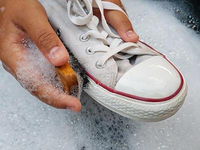 Duh Jangan Lagi Dilakukan Ya, Inilah Kesalahan Mencuci Sepatu yang Perlu Kamu Hindari!