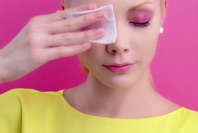 Tidak Membersihkan Makeup Mata