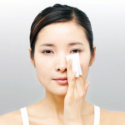 Bersihkan Minyak di Wajah dengan Rutin