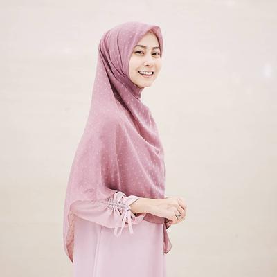 Gaya Modis Para Selebgram Hijabers Ini Akan Bikin Kamu Langsung Ingin Pakai Hijab Menutup Dada