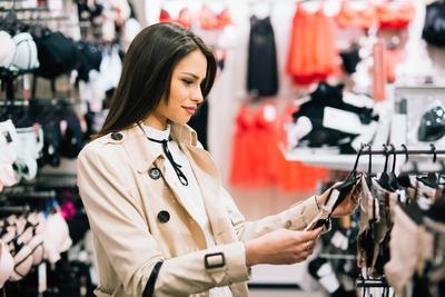 4 Hal Ini Enggak Boleh Kamu Abaikan Saat Sedang Membeli Pakaian Dalam, Ya!