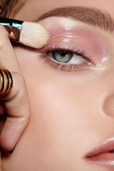 Memakai Eyeshadow Setelah Concealer