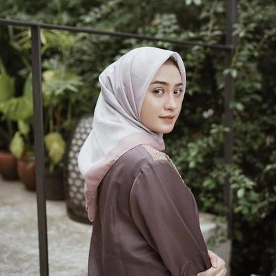 Kekinian, Pakai Style Hijab Ala Helmi Nursifah Ini untuk Jadi Outfit Ngampus Kamu!