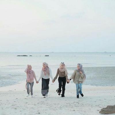 Jalan Ke Pantai Tetap Hits dengan Pilihan Outfit untuk Hijabers Berikut Ini!