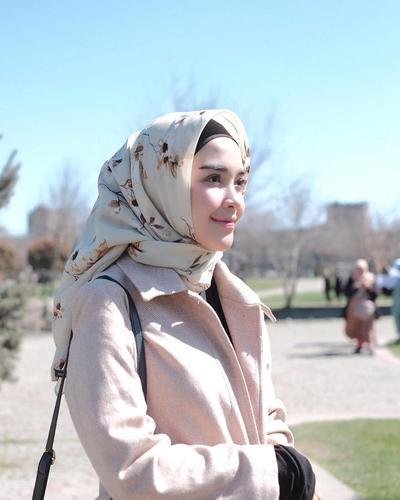 Lagi Hits, Gaya Hijab dengan Hijab Motif Seperti Ini Banyak Digandrungi Hijabers