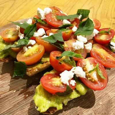 Avocado on Toast with Tomatoes and Feta Cheese – NOMZ