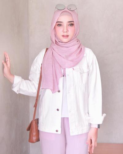 Biar Enggak Monoton, Tips Memadukan Atasan Style Hijab Casual Warna Putih Ini Wajib Kamu Coba