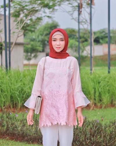 Hijabers, Begini Tips Mengatasi Baju Tipis Agar Tak Tembus Pandang