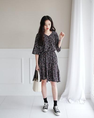 Floral Dress dan Sneaker
