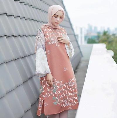 Inspirasi Gaya Hijab Fashion Casual dengan Pakai Batik di Hari Kartini!