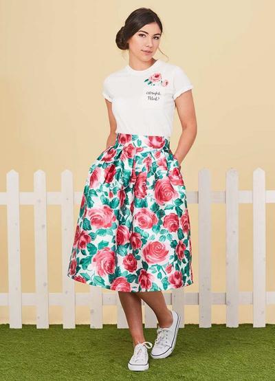 Siap-siap Tampil Penuh Gaya di Musim Panas dengan Floral Maxi Skirt Seperti Ini!