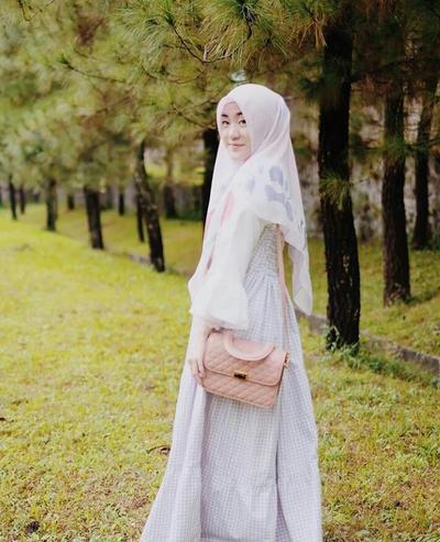 Tampil Tetap Manis dan Modis dalam Balutan Gamis dan Hijab Segiempat Syar'i Ala Larissa Chou Yuk!