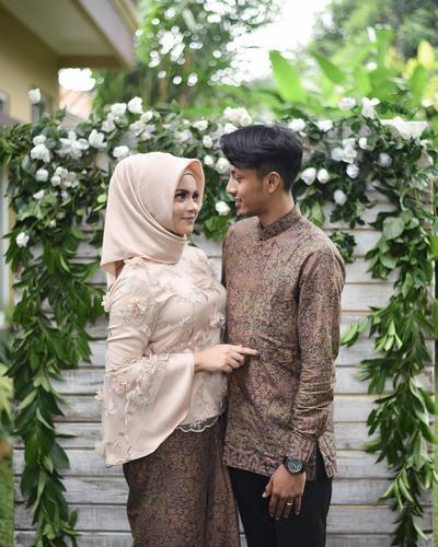 Ingin Serasi Di Hari Lamaran Ini Inspirasi Outfit Lamaran Couple