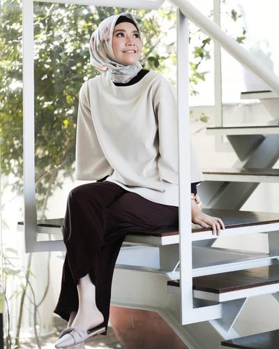Patterned HIjab with Simple Block Color Tops and Sandals