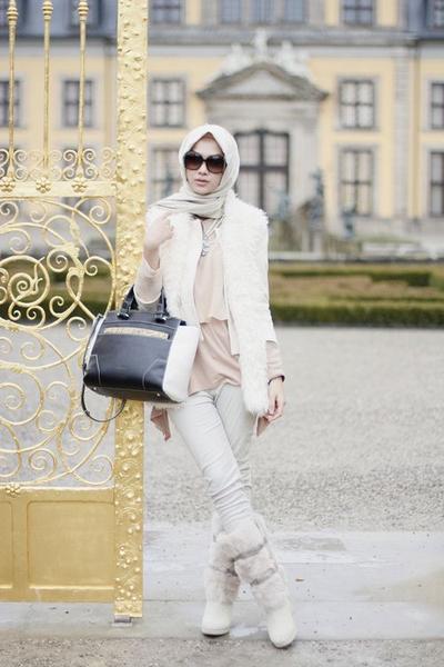 Inspirasi Gaya Para Selebgram dengan Outfit Hijab dan Sepatu Boots Saat Liburan Ke Luar Negeri