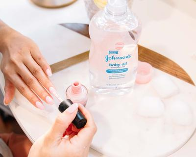 Buat yang Belum Tahu, Ternyata Ada Manfaat Lain dari Baby Oil yang Tak Disangka-sangka