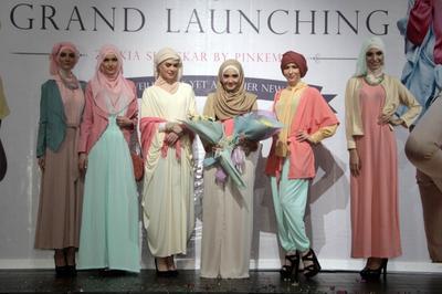 https://cdns.klimg.com/dream.co.id/resources/photonews/2014/06/19/1800/664xauto-busana-hijab-zaskia-sungkar-diluncurkan-140619q-004-rev1.jpg