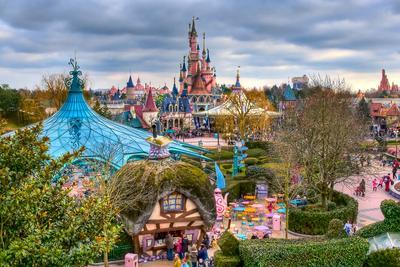 4. Disneyland Paris - Marne-la-Vallee, Perancis