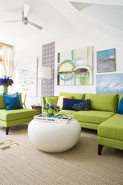 5. Sejuk dengan sofa berwarna hijau