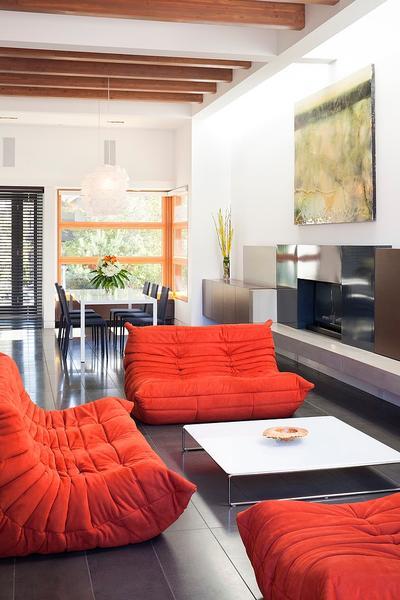 7. Sofa berwarna orange yang hangat dan bersemangat